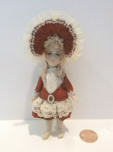 EXQUISITE DOLLHOUSE MINIATURE LITTLE GIRL DOLL WEARING DRESS & LACE TRIMMED HAT
