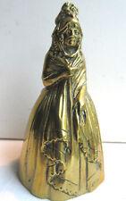 Cloche de table bronze: Femme en robe de bal, chapeau et châle, signée et Déposé