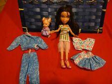 lot=poupée bratz et sa garde/robe neuve  =5piéces+ porte/clé poupéerose offert