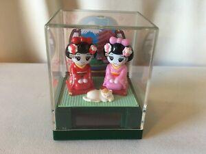"""Solar Powered Japanese Maiko """"Geisha Girls & Cat"""", MIB"""