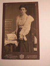 Rosenheim - junge Frau mit Schal & Zeitschrift Die Woche Bilder vom Tage / CDV