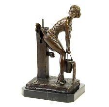Junge Dame an Wasserpumpe Erotik Nackte Frau Bronze Figur Akt