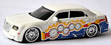 Chrysler 300C 6.1 Hemi-V8 SRT8 2005-10 Street Tuners weiß white 1:43 Bburago
