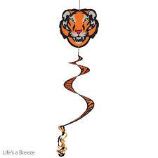 Tiger twister queue accrocher dans un jardin. 2D design graphique