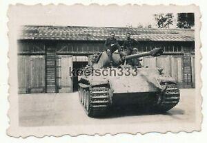 Foto Panzermänner auf einem Panzer V Panther mit Zimmerit Beschichtung ! Top !