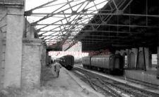 PHOTO  SR GOSPORT RAILWAY STATION 1964 VIEW FROM UNDER CANOPY