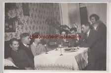 (F8672) Orig. Foto Personen an einem Stubentisch, Weißwein, 1930er