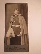 Berlin - stehender Soldat in Uniform Mantel - Parade-Helm / CDV