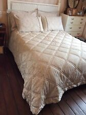 SUPERB CHRISTY 'CHARLTON OYSTER' DOUBLE QUILTED THROW, VALANCE, 4 PILLOWCASES