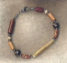 Bracciale in cuoio nero con perle in legno, osso e acciaio