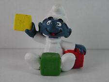 A102- Schlumpf / Smurf 2.0214 Babyschlumpf mit Bauklötzen , roter Stein o. Druck