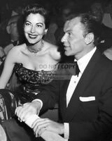 FRANK SINATRA AND AVA GARDNER - 8X10 PUBLICITY PHOTO (AZ335)