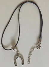 collier cordon ciré noir 47 cm avec pendentif porte bonheur fer à cheval 23x19mm
