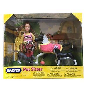 AKTION Breyer Classics Tier Sitter Mädchen mit Fohlen, Hund und Katze (8-teilig)