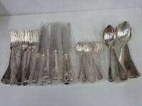 MENAGERE DE 48 pièces BAGUETTE MEDAILLON en métal argenté - 10/19 - NEUVE