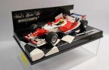 Voitures Formule 1 miniatures rouges sur ralf schumacher