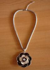 Zilverkleurige ketting met grote zwart-witte bloem hanger
