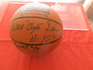 SIGNED HALL OF FAME N.Y. KNICKS 1973 BASKET BALL, CLYDE,MONROE,HOLTZMAN,BARNETT