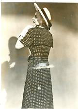Mode parisienne 1947, robe pure soie Vintage silver print  Tirage ar