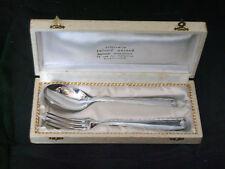 Coffret composé d'une fourchette et d'une cuillère en métal argenté poinçonné