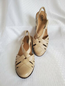 - Women's NEW CLARKS Bendables Tan Leather Closed Toe Sandals- Sz 7M