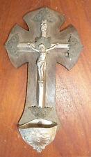 Ancien bénitier en bois, crucifix, objet religieux, religion chrétienne