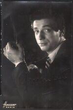 Yves Montand. Photographie signée adressée à André Vendeuil. Vers 1952. Harcourt