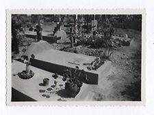 PHOTO ANCIENNE Snapshot Tombe Cimetière Croix Religion Vers 1940 Fleurs Plaque