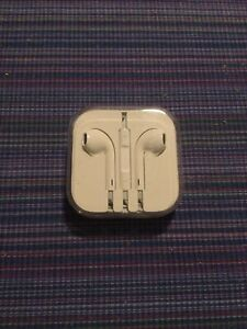 Apple EarPods Headphones with Remote and Microphone - White 3.5mm Jack