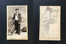 Karl Dreyer, Kiel, Homme en uniforme militaire de la Marine posant près d'u