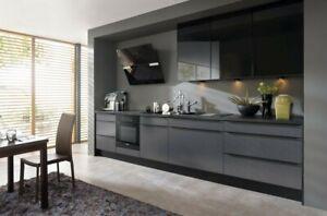 Einbauküche Stahl grau, schwarze Leistengriffe  - Glas Basalto  Fronten