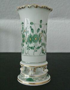Vase auf Füßchen MEISSEN - Dekor Indisch Grün mit Golmalerei - unbestoßen