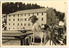 Femme assise chaise terrasse café chien  - photo ancienne amateur an. 1940 50