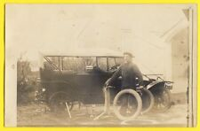 CPA Carte Photo vers 1920 AUTOMOBILE VOITURE CAR GARAGE MECANO CREVAISON ROUE