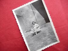 PHOTOGRAPHIE ANCIENNE ,enfant , fillette dans brouette en bois   , photo 1946