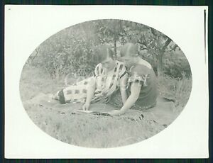 TWO YOUNG GIRLs HUGGING on MEADOW READING BOOK LESBIAN INT Vintage Photo 30s