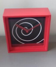 Habitat Horloge Mantel/mur rouge avec spirale design Habitat Hedron Entièrement neuf dans sa boîte 14x14cm