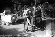 Jeune couple assis parc livre à la main landau - Ancien négatif photo an. 1940