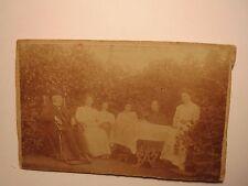 alter Mann mit und Hut im Liegestuhl & 5 Frauen am Tisch im Garten - 1908 / CDV