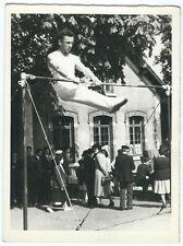 photo snapshot - gymnastique à la barre fixe - homme sport vers 1950