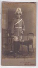 85780 Kabinett Foto Karabinier Borna mit Helm und Säbel um 1915