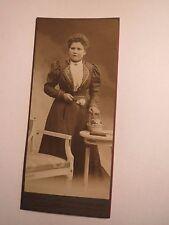 Neuhaldensleben - stehende Frau im Kleid - Stuhl - Kulisse / CDV