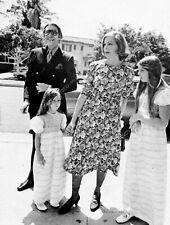 8b20-16202 Martin Landau Barbara Bain out with the kids 8b20-16202