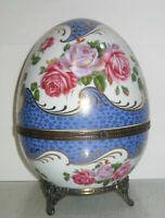Ei Porzellanei Osterei Deckeldose blau-weiß Rosendekor Metallfüße 20x14cm