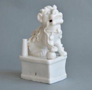 Figurine de Chien Foo en porcelaine banc de Chine Kangxi 18ème