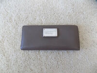MARC BY MARC JACOBS BI FOLD PEBBLED LEATHER WALLET CEMENT M3121433 tomoko