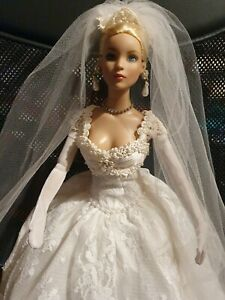 Tonner Doll 2006 - STUNNING DOLL IN BRIDE OUTFIT & EXTRA BLUE DRESS