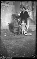 Portrait famille + fillette avec jouet -  ancien négatif photo an. 1930 40