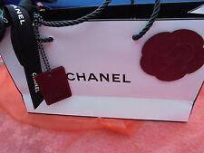 CHANEL KAMELIE ROT auf Papiertasche + Chanel Anhänger Rouge Noir Rot + Schleife