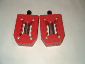 """Plastic 9/16"""" child's bicycle pedals red nos"""